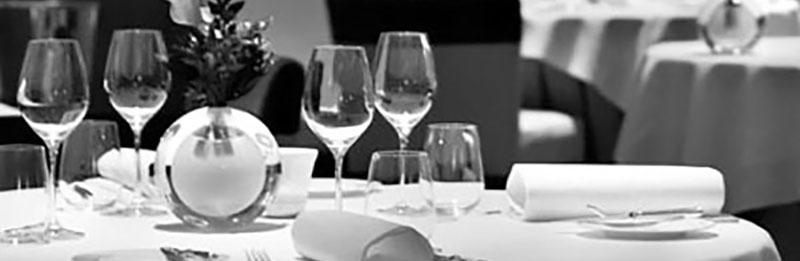Una tavola imbandita per descrivere il galateo in tavola