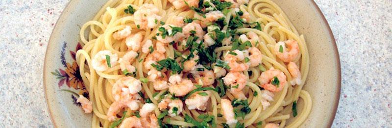 Un bel piatto di spaghetti con gamberetti in bianco