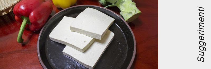 Tofu crudo su un vassoio