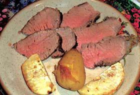 Roast beef nel piatto con patate