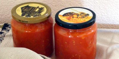 Vasetti di vetro con pomodoro