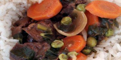 Spezzstino di cervo nel piatto con riso